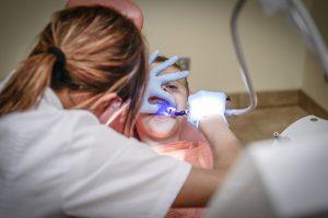 Leczenie zębów pod narkozą – na czym polega?